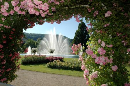 Fächerspringbrunnen im Rosengarten