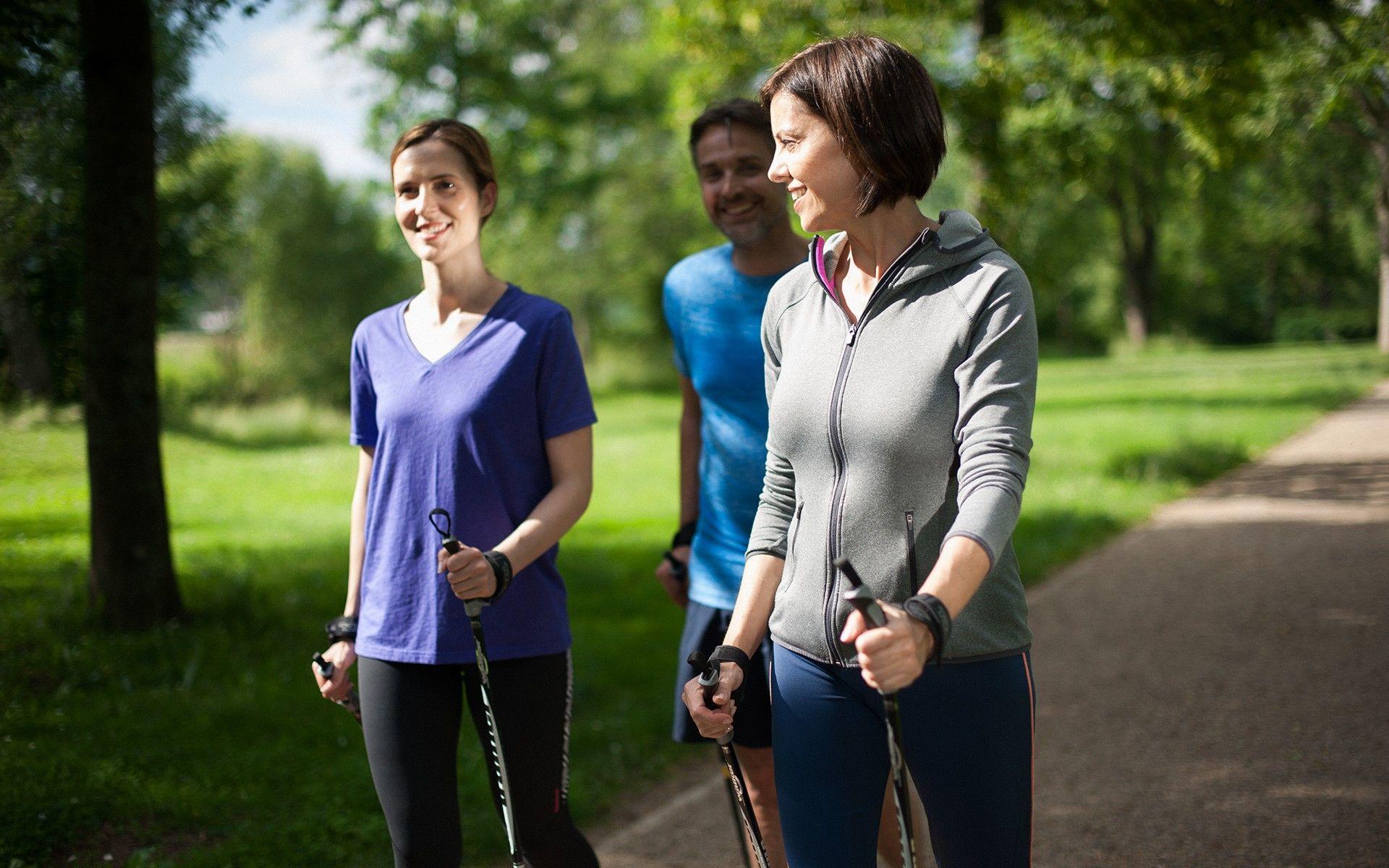 Foto einer Kleingruppe beim Nordic Walking in Bad Kissingen
