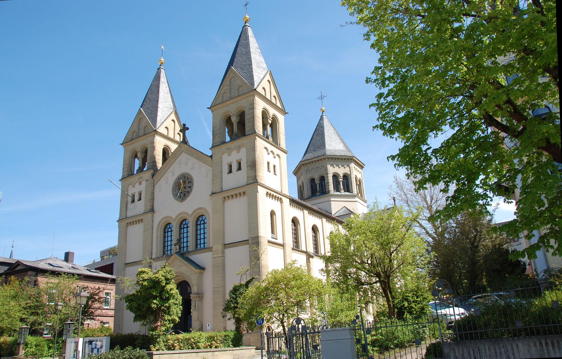 Seitlicher Blick auf die Erlöserkirche in Bad Kissingen