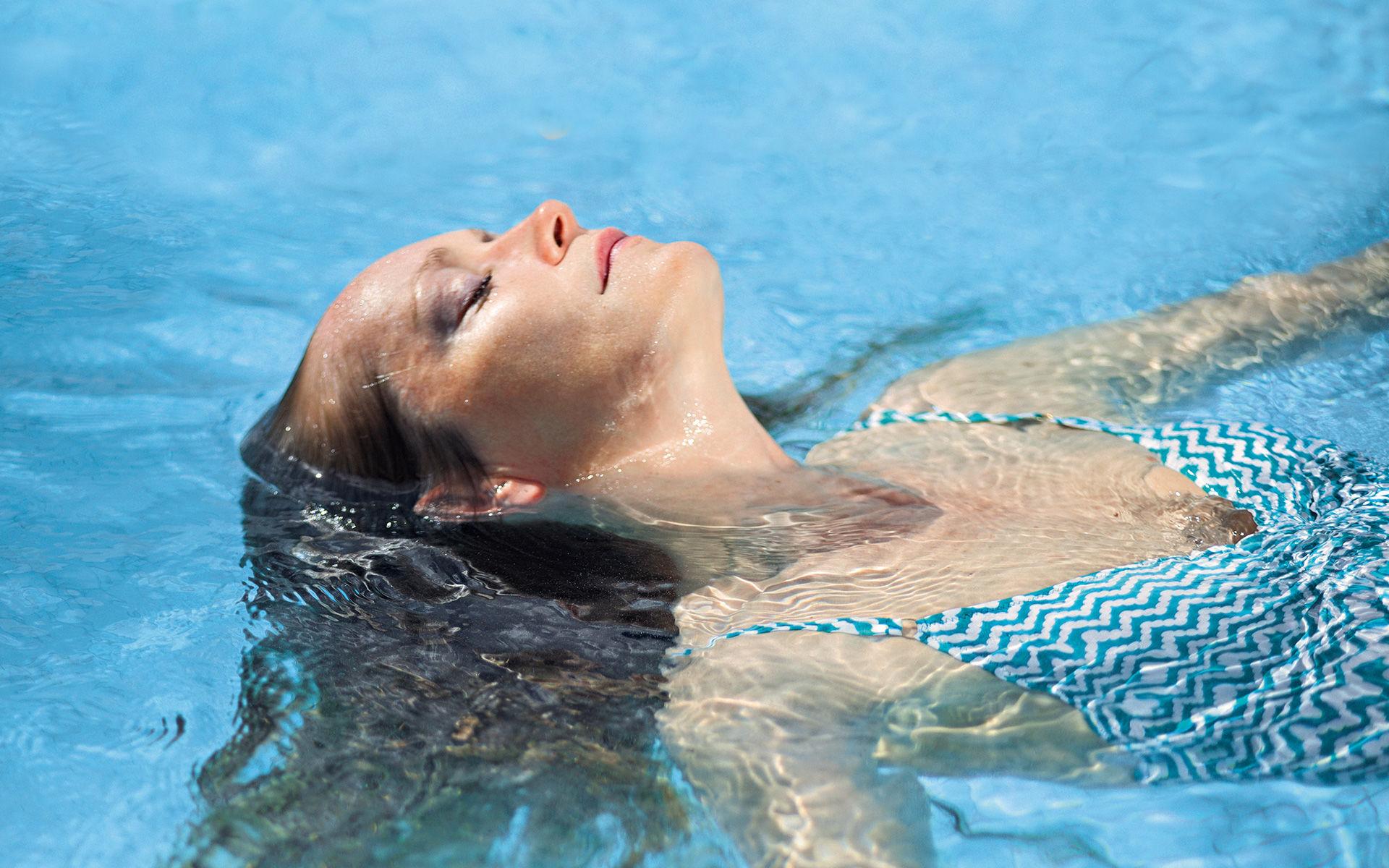 Foto einer im Wasser schwebende Frau in der KissSalis Therme in Bad Kissingen