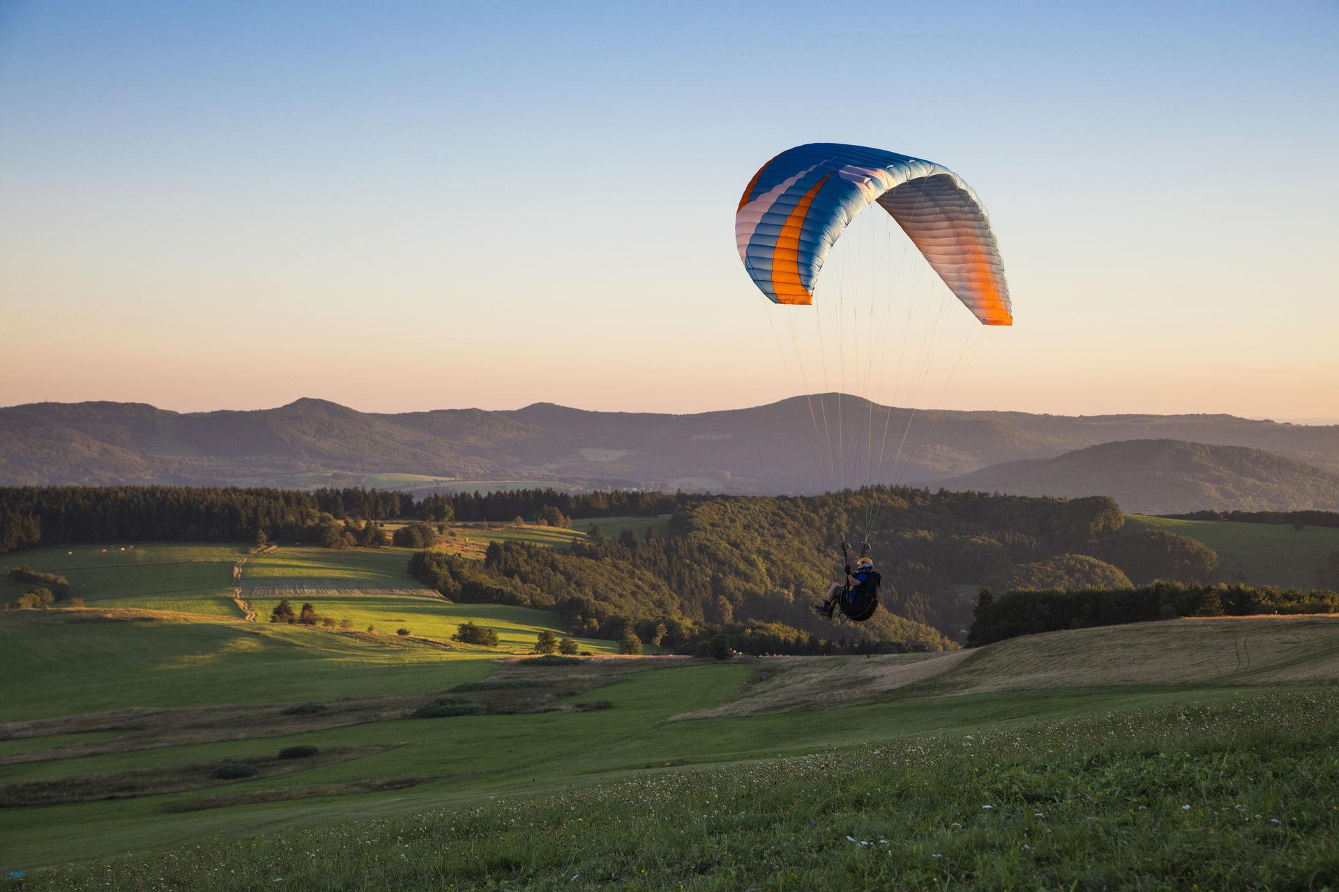 Foto eines Paragliders in der Rhön bei Bad Kissingen