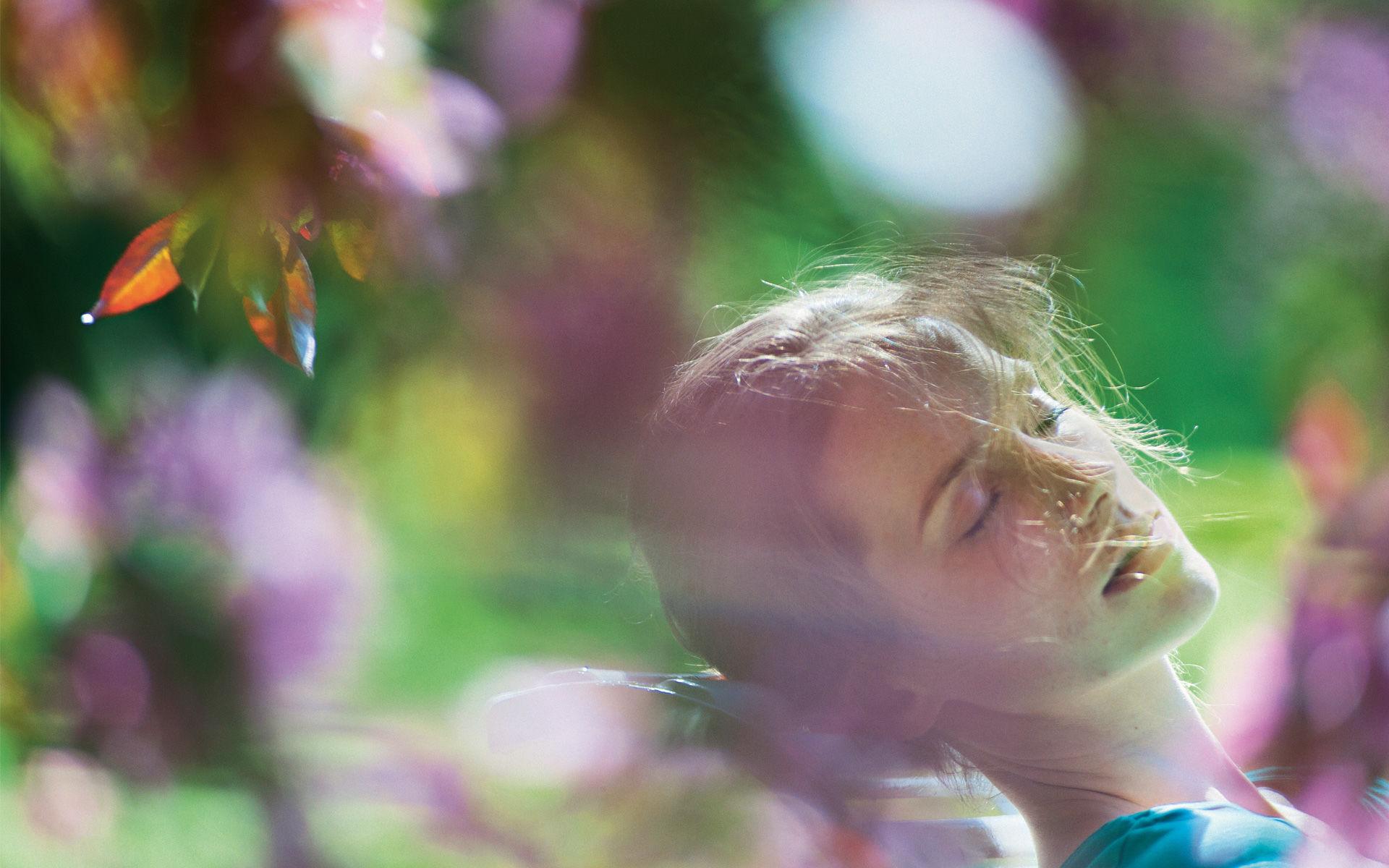 Frau entspannt im Luitpoldpark in Bad Kissingen