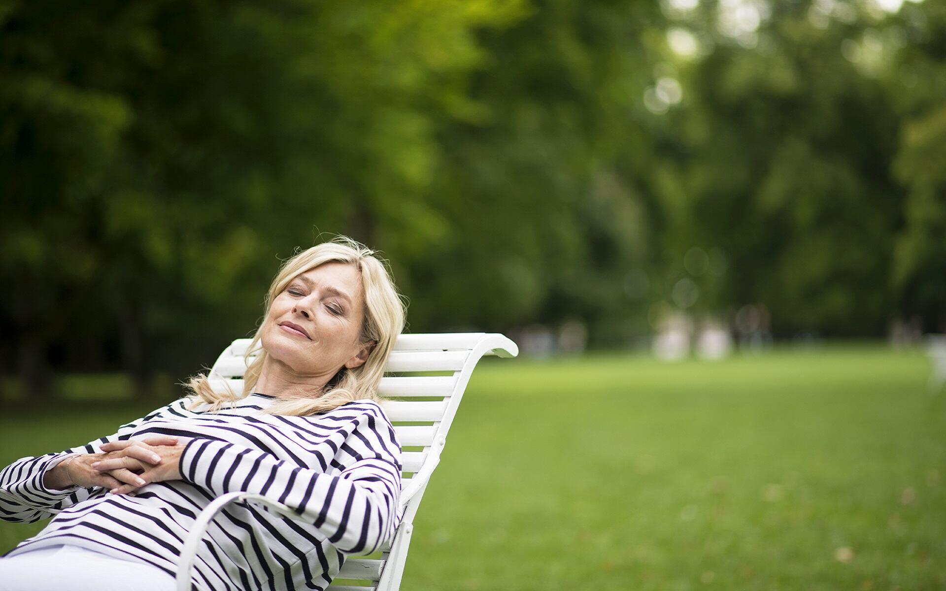 Frau entspannt auf einem Stuhl im Luitpoldpark in Bad Kissingen