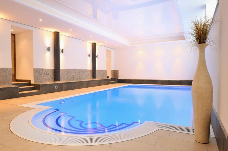 Indoor-Pool mit Farblicht